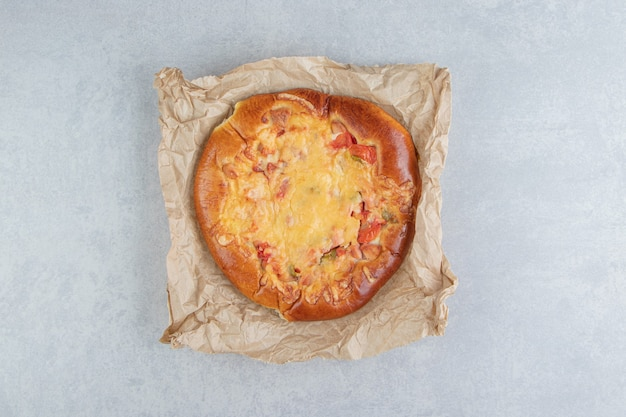 Huisgemaakt gebak met kaas op vel papier.