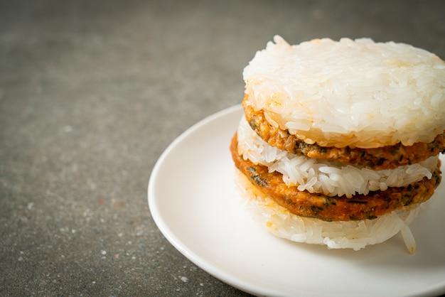 Huisgemaakt gegrild pittig varkensvlees en kruiden met plakkerige rijstburger