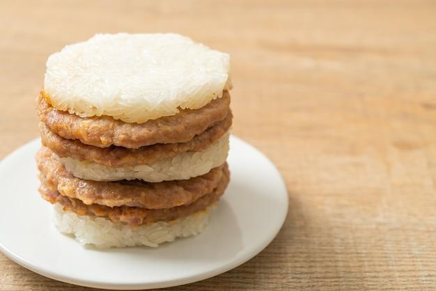 Huisgemaakt gegrild varkensvlees met plakkerige rijstburger