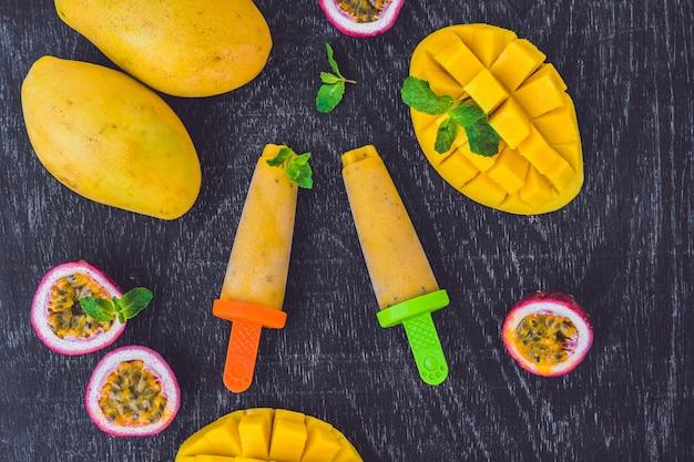 Huisgemaakt ijs van mango en passievrucht
