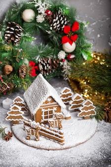 Huisgemaakt peperkoekhuisje met kerstversiering