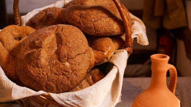 Huisgemaakt vers brood in een mand