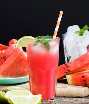 Huisgemaakt watermeloensap gemaakt in het zomer- of herfstseizoen van rijpe rode en sappige watermeloenen rood sap zonder toegevoegde suikers een natuurlijk gezond en dieetproduct