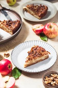 Huisgemaakte appeltaart in de stijl van clafoutis