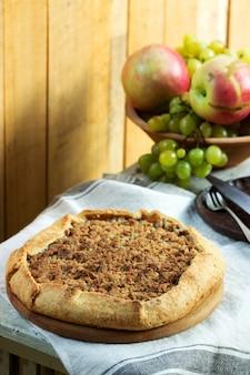 Huisgemaakte appeltaart met streusel en vers fruit. rustieke stijl.