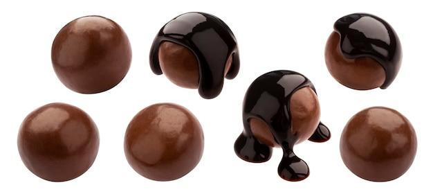 Huisgemaakte cacaoballen, dragee met gesmolten chocolade. hele geïsoleerde snoepjes set. luxe snoepjes met glanzend bruin suikerglazuur op witte achtergrond. lekkere gastronomische zoetwarencollectie
