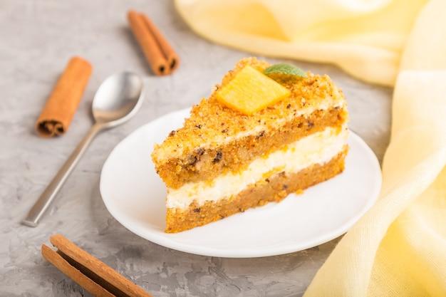 Huisgemaakte cake met persimmon en pompoen en een kopje koffie