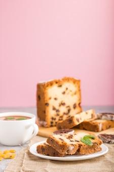 Huisgemaakte cake met rozijnen, gedroogde persimmon en een kop warme chocolademelk. zijaanzicht, close-up.