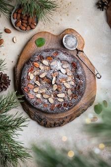 Huisgemaakte chocolade-mascarpone-cheesecake met karamel-amandelschijfjes