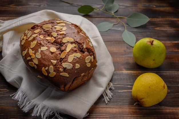 Huisgemaakte chocolade-perencake met gember en kardemom op een linnen servet op tafel