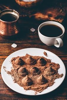 Huisgemaakte chocoladetruffels omhuld met zwarte koffie