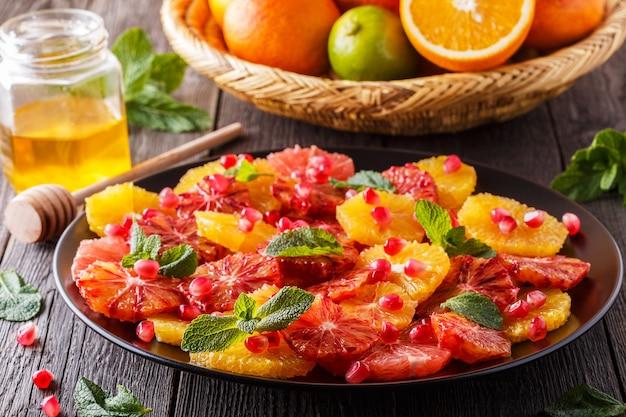 Huisgemaakte citrussalade met grapefruit en sinaasappels