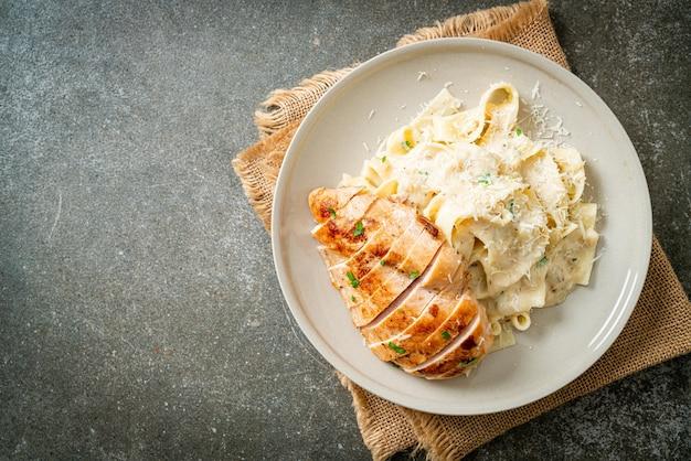 Huisgemaakte fettucine pasta witte romige saus met gegrilde kip