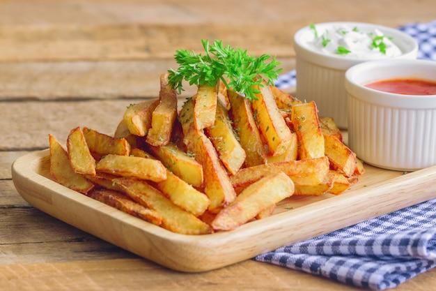 Huisgemaakte frietjes geserveerd met ketchup en zure room of mayonaise als voorgerecht