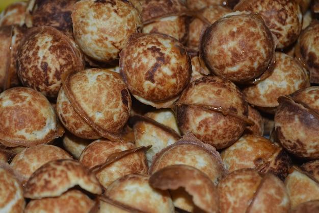 Huisgemaakte gebakjes noten met gecondenseerde melk