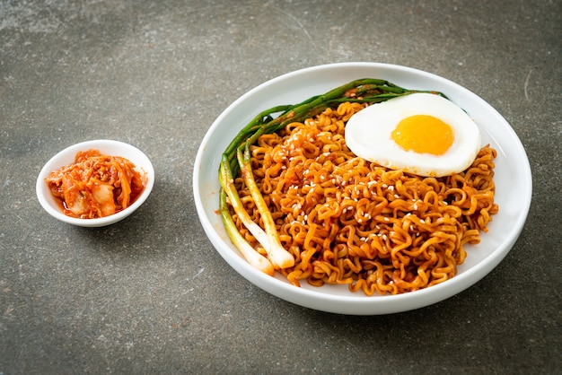Huisgemaakte gedroogde koreaanse pittige instant noedels met gebakken ei
