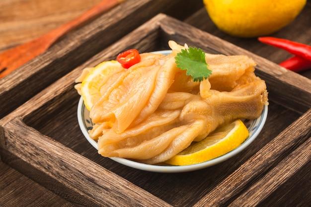 Huisgemaakte gerechten verse citroen eend voeten
