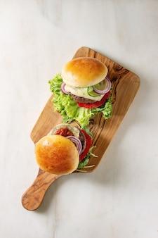 Huisgemaakte hamburger met rundvlees
