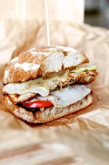Huisgemaakte hamburger of cheeseburger met verse groenten
