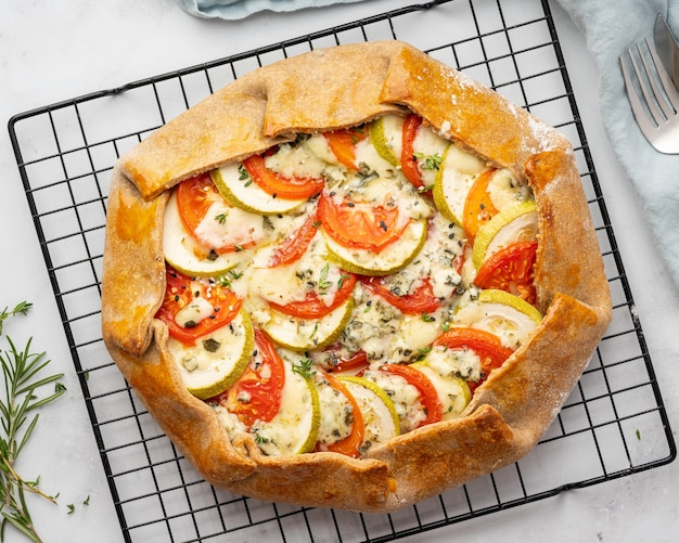 Huisgemaakte hartige galette met groenten, volkoren taart met tomaten, courgette, blauwe kaas