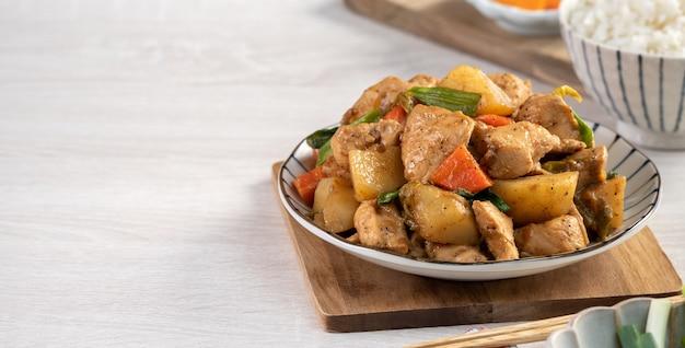 Huisgemaakte heerlijke gefermenteerde tofu op smaak gebracht met gestoofde aardappeltjes en groenten
