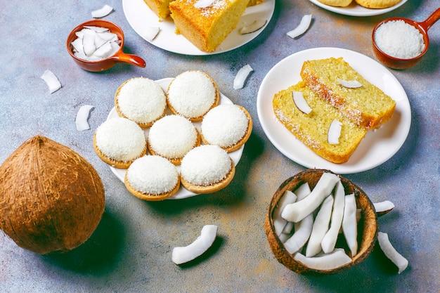 Huisgemaakte heerlijke kokoscake met halve kokosnoot