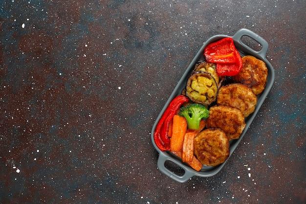 Huisgemaakte heerlijke schnitzels met geroosterde groenten.