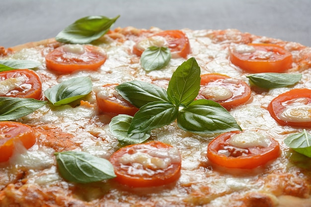 Huisgemaakte italiaanse napolitaanse pizza margherita met gesmolten mozzarellakaas