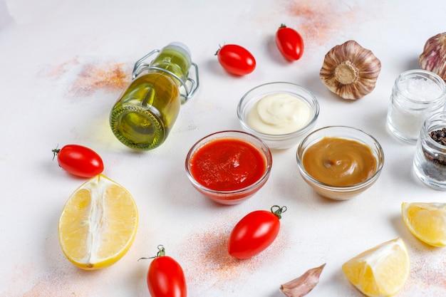 Huisgemaakte ketchup, mosterd en mayonaisesaus. Gratis Foto