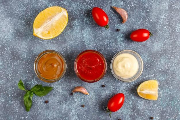 Huisgemaakte ketchup, mosterd en mayonaisesaus.