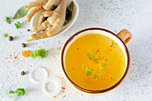 Huisgemaakte kip (bot) bouillon met groenten, specerijen en kruiden