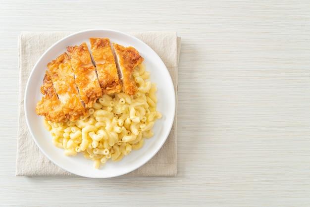Huisgemaakte mac en kaas met gebakken kip