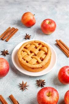 Huisgemaakte mini appeltaart met kaneel.