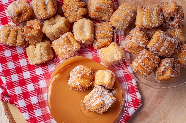Huisgemaakte mini-churros met dulce de leche