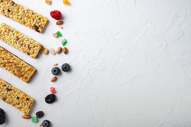 Huisgemaakte mueslirepen met gemengde noten, zaden en bessen