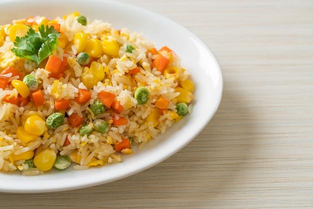 Huisgemaakte nasi met gemengde groente (wortel, sperziebonen, mais) en ei