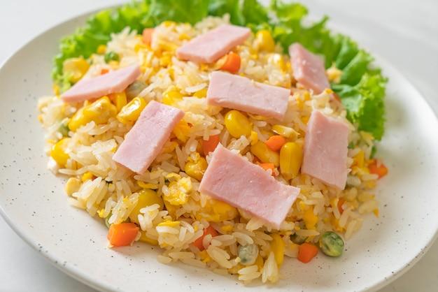 Huisgemaakte nasi met ham en gemengde groente (wortel, doperwten, wortel)