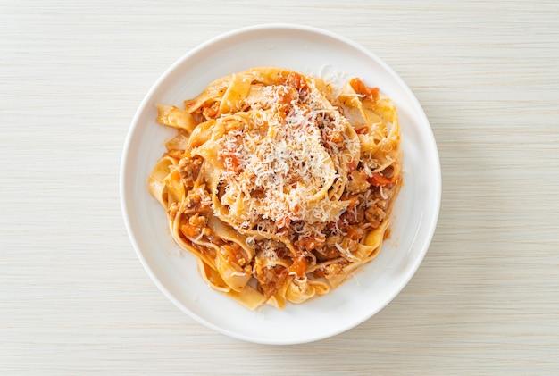 Huisgemaakte pasta fettuccine bolognese met kaas - italiaans eten