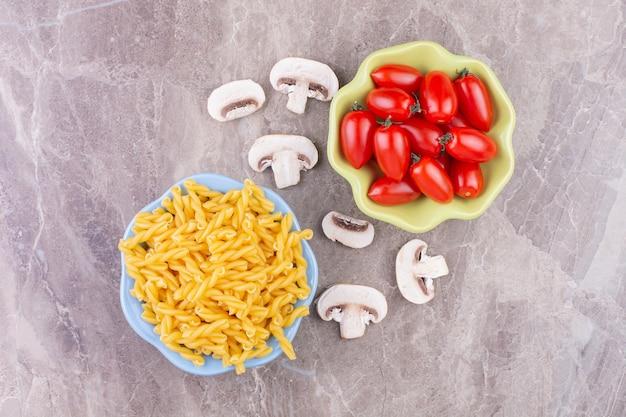 Huisgemaakte pasta's met rode kerstomaatjes