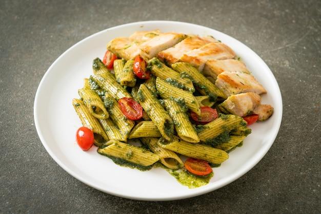 Huisgemaakte penne pasta in pestosaus met gegrilde kip