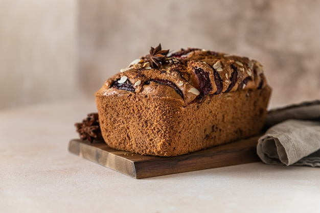 Huisgemaakte pittige pruimencake gedecoreerd met amandel broodcake met pruimenkruiden en amandel