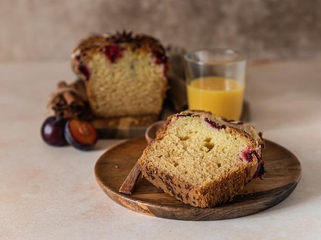 Huisgemaakte pittige pruimencake gedecoreerd met amandelbroodcake