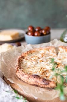 Huisgemaakte pizza met kip en kaas op witte saus