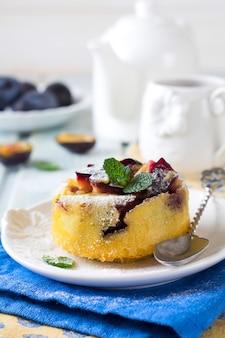 Huisgemaakte pruimenpudding op een keramisch bord