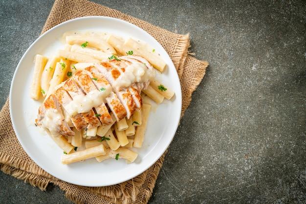 Huisgemaakte quadrotto penne pasta witte romige saus met gegrilde kip