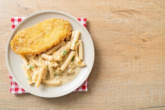 Huisgemaakte quadrotto penne pasta witte roomsaus met gebakken vis