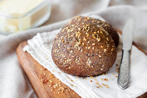 Huisgemaakte roggebroodjes met lijnzaad, sesam en maanzaad
