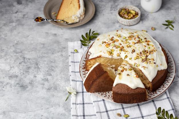Huisgemaakte ronde warme melkcake met botercrème en pistachenoten