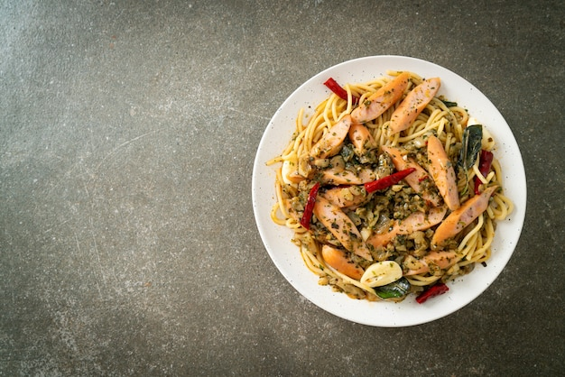 Huisgemaakte spaghetti met knoflook en worst