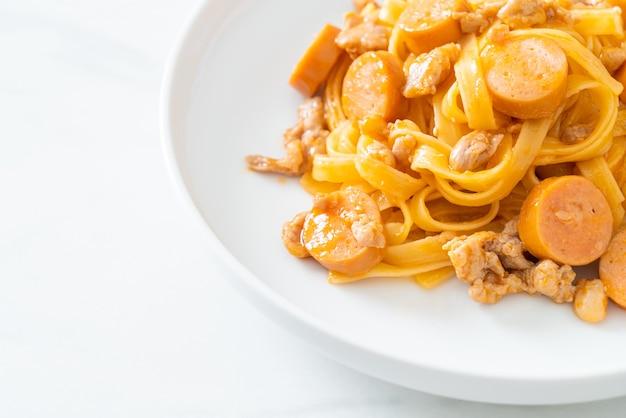 Huisgemaakte spaghetti pasta worst en gehakt varkensvlees